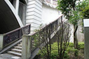 橋手前の階段