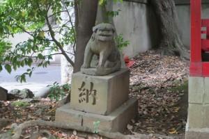 境内西 稲荷社前(左)