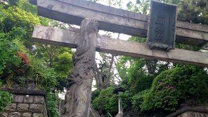 品川神社 双龍鳥居(左)